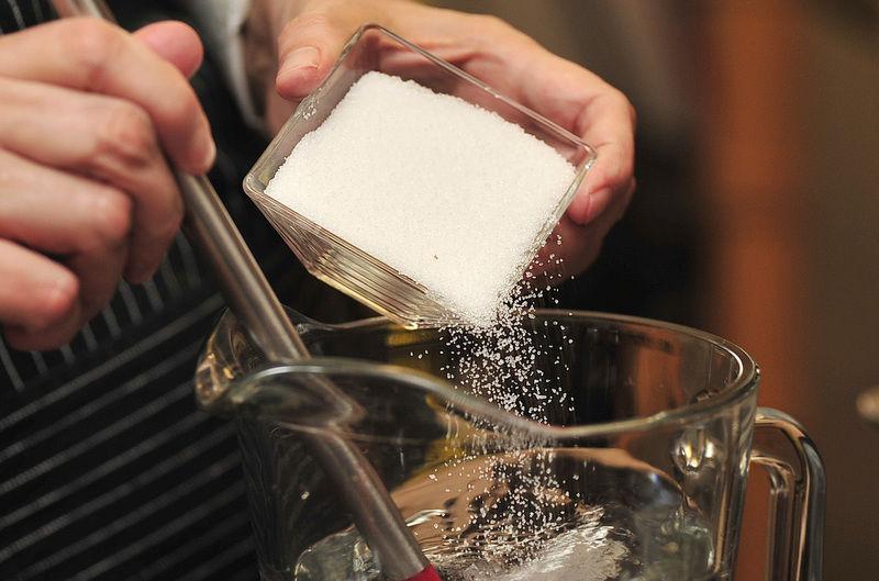 Agregar el azúcar a la jarra y mezclar.