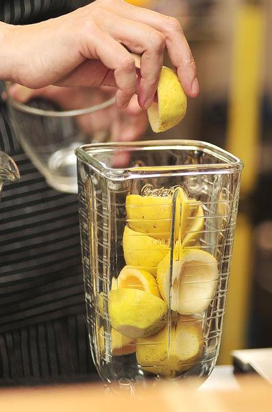 Colocar las cascaras de las guayabas en la licuadora junto con un poco de agua endulzada. Moler muy bien.
