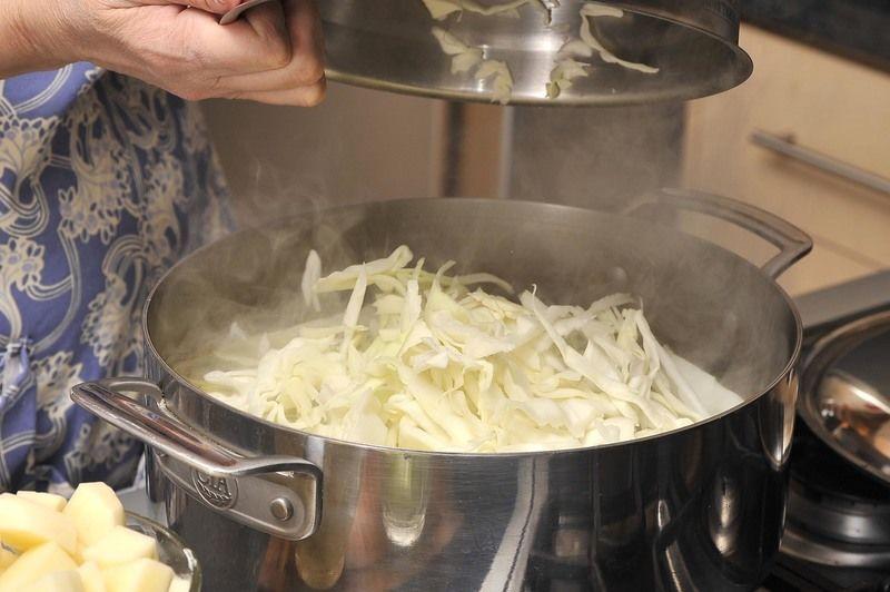 Coocer la carne en 3 litros de agua y sal al gusto durante aproximadamente 30 minutos. Si le sale espuma, retirar con una cuchara.