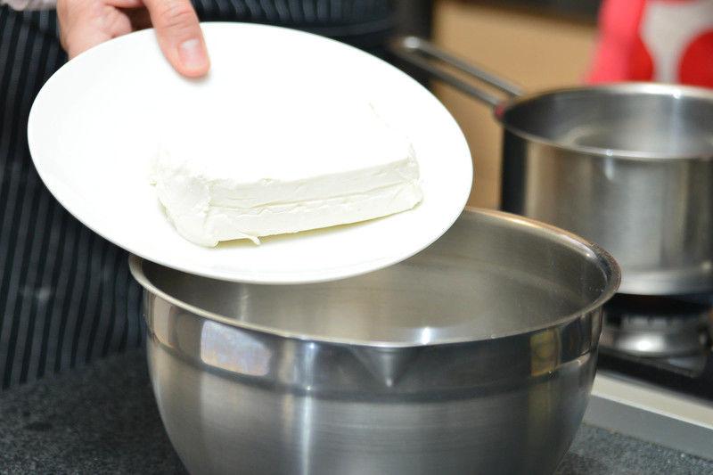 Batir el queso crema, la media taza de azúcar, la cucharada de jugo de limón y la vainilla en un tazón con la batidora eléctrica hasta integrar un poco.