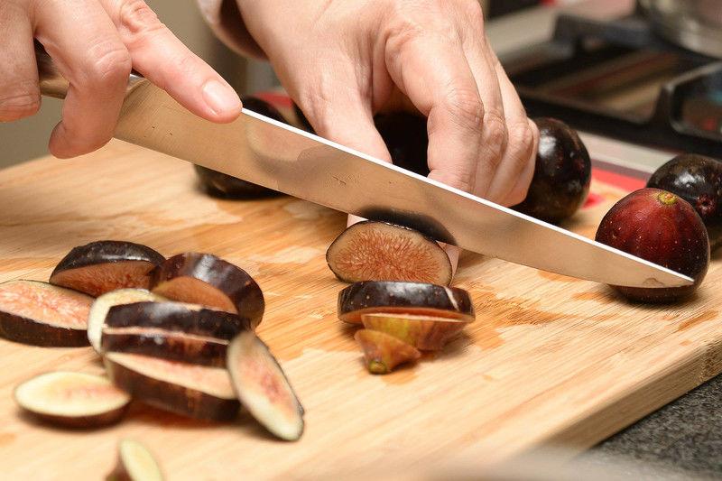 Para preparar la cubierta de higos, lavar bien los higos con agua y cortarlos en rebanadas para colocarlos encima de la cubierta del pay de queso.
