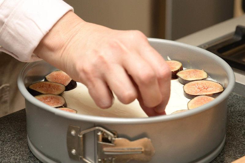 Sacar el pay de queso del refrigerador, colocar las rebanadas de higo sobre él de forma artística.