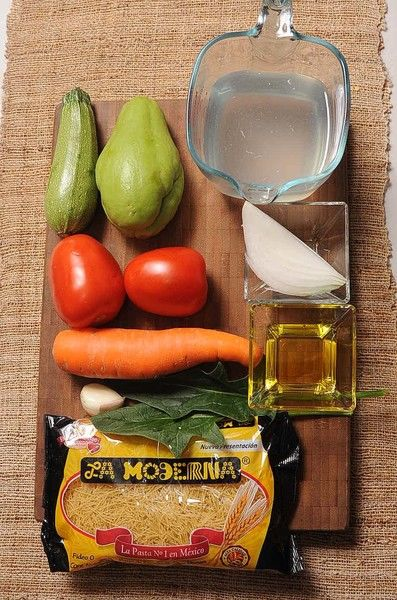2 hojas de espinaca 1 diente de ajo 4 cucharadas de aceite de oliva sal al gusto 1 pieza de chayote 1 pieza de calabacita 1 pieza de zanahoria 1/4 pieza de cebolla blanca 2 piezas de jitomate guaje 1 1/2 tazas de caldo de pollo 220 gramos de pasta de fideo La Moderna