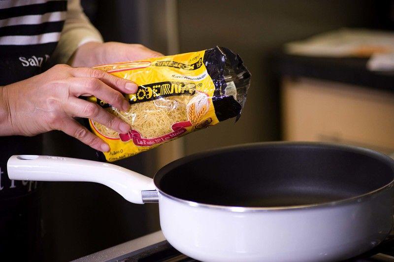 Sofreír la pasta en un sartén hondo con un poco de aceite de oliva a fuego lento hasta que se vea dorado, pero no quemado.