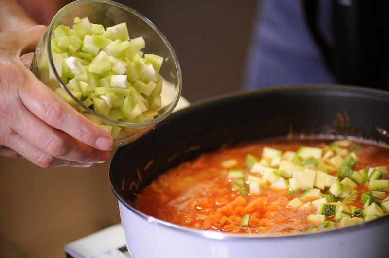 Agregar la zanahoria, la calabacita y el chayote picado. Sazonar con sal y cocer a fuego lento tapado durante 5 minutos más.
