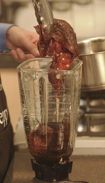 Remojar los chiles ancho y cascabel en agua caliente durante 5 minutos. Remover las semillas y los rabos y molerlos en la licuadora. Colar los chiles.