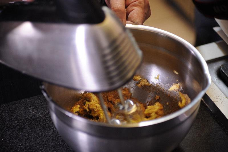 Batir en un tazón el azúcar mascabado con la mantequilla a temperatura ambiente.