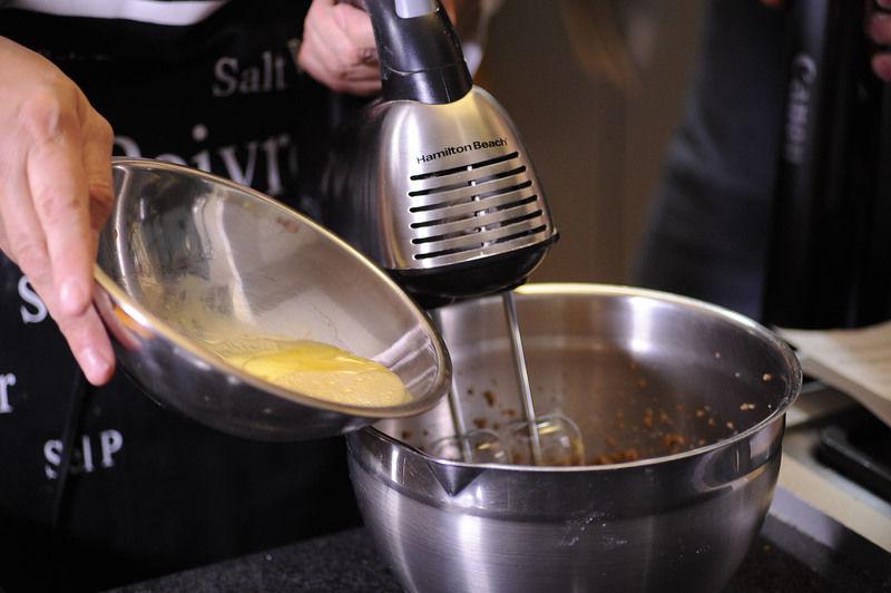 Cuando la mezcla adquiere una consistencia de crema ligera, añadir el huevo medio batido. Revolver todo bien hasta obtener una mezcla homogénea.