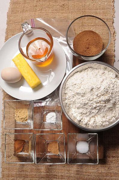 Ingredientes para toda la receta: 1/2 cucharita de bicarbonato de sodio 80 gramos de mantequilla 2 3/4 tazas de harina de trigo 1 pieza de huevo 1/2 cucharita de nuez moscada en polvo 2 cucharitas de jengibre en polvo 1/2 taza de azúcar mascabado 1 pieza de bolsa de plástico 1/2 taza de miel de abeja 1/2 cucharita de sal 1 cucharita de canela en polvo Ingredientes para el glaseado: Colorante vegetal, al gusto 1 pieza de limón 1/2 taza de azúcar glass (pulverizada) 1 cucharita de agua