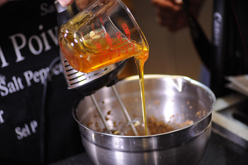 Agregar la miel de abeja, mezclar muy bien y reservar.