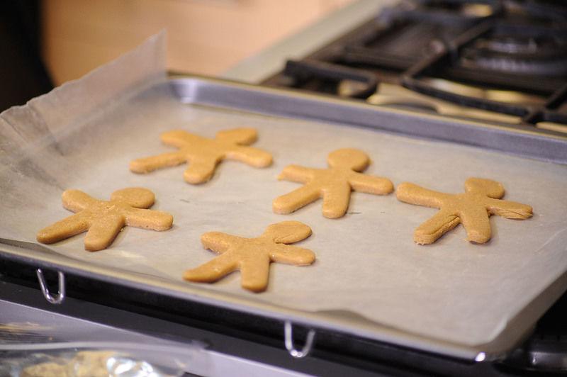 Colocar las galletas en una charola para horno con papel encerado, dejando un centímetro de distancia entre cada una para evitar que se junten durante el horneado. Hornear a 350°F (175°C) durante 12 minutos o hasta que se vean cocidas. Retirar de la charola y colocarlas en una rejilla para que se enfríen.