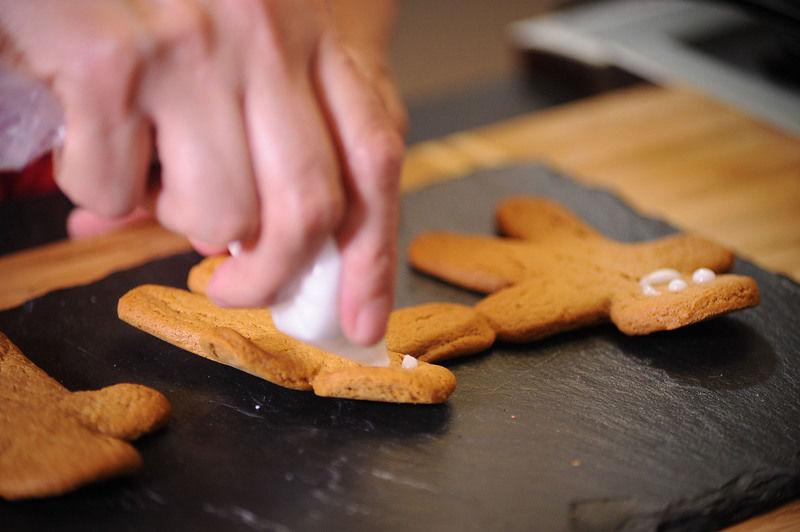 Colocar cada glaseado en una bolsa de plástico, cortar la esquina con una tijera para hacer una especie de manga pastelera y presionar para decorar al gusto.