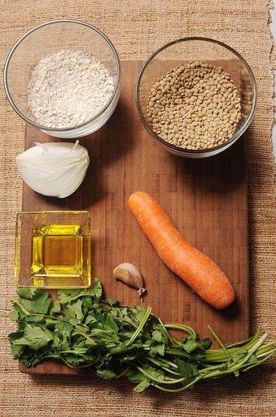 aceite de oliva al gusto 1 pieza de zanahoria 1/4 manojo de cilantro 1/4 pieza de cebolla blanca 1 taza de hojuelas de avena 1 taza de lentejas