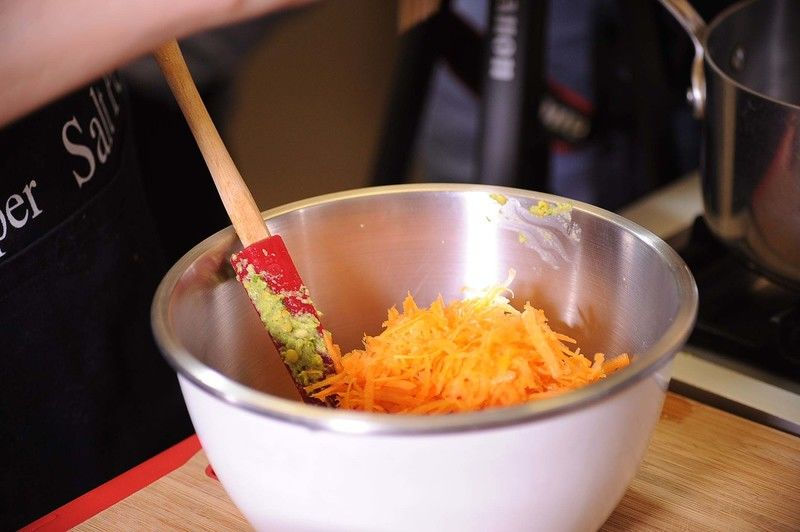 Añadir la lenteja molida al tazón donde tenemos la zanahoria rallada.