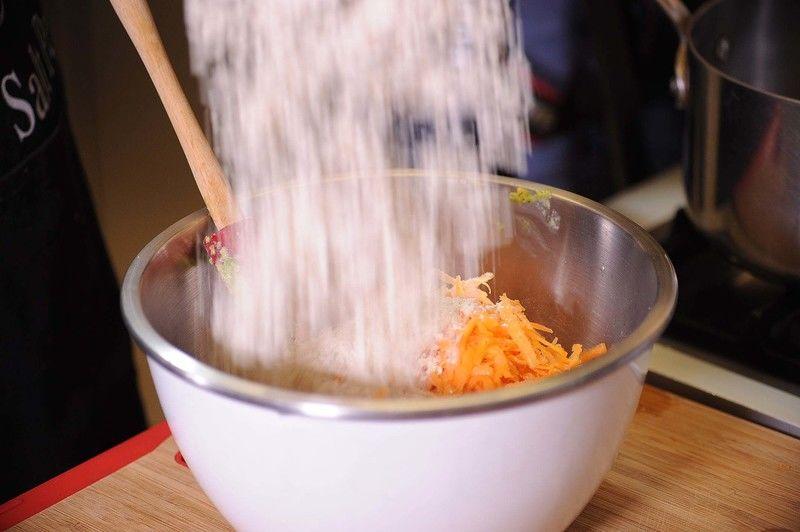 Agregar la avena molida, sazonar con sal e incorporar todos los ingredientes con una pala miserable hasta integrarlos bien.