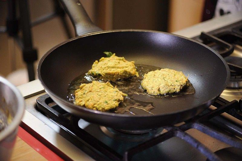 Para hacer las tortillas, tomar un poco de la mezcla con las manos mojadas y hacer las tortillas, dependiendo del tamaño deseado. Sofreír las tortitas en un sartén con un poco de aceite de oliva durante un par de minutos de cada lado.