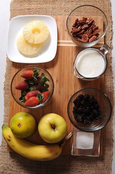 Desinfectante de verduras al gusto 2 cucharadas de azúcar blanca 1 taza de yogur natural 1/2 taza de uva pasa 1/2 taza de nuez picada 1 pieza de plátano 1 pieza de naranja 1 pieza de manzana 1 taza de fresas 2 rebanadas de piña en almíbar