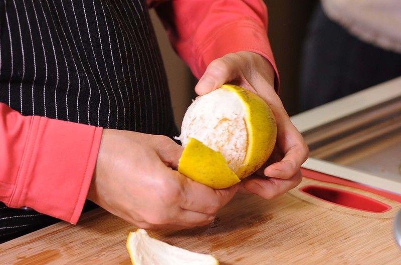 Pelar la naranja y la mandarina, cortar en gajos y reservar.