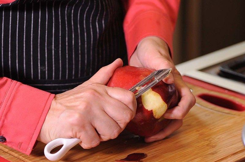 Pelar y picar la manzana en trozos pequeños y la piña en almíbar.