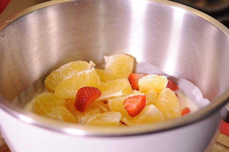 Agregar el yogur natural y el azúcar en un tazón, mezclar bien con un batidor de globo hasta integrar. Colocar todas las frutas picadas en el tazón con el yogur.