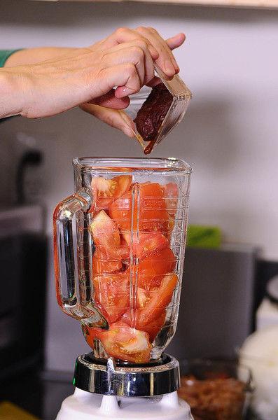 Picar la lechuga y poner a remojar en un tazón con unas gotas de desinfectante. Escurrir. Moler el jitomate, el chile chipotle adobado y el diente de ajo en la licuadora con un chorrito de agua.