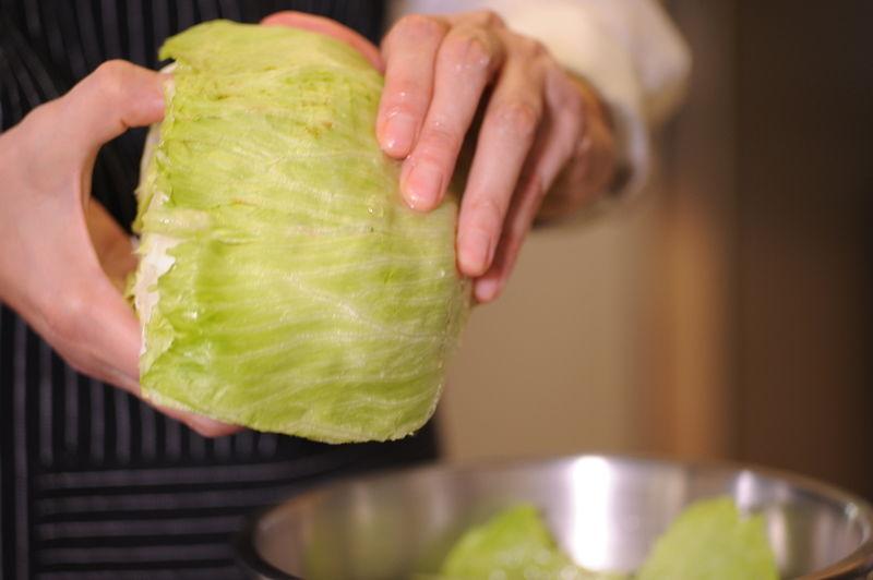 Picar la pechuga de pollo, el apio, la jícama, la zanahoria y el ajo en trozos pequeños. Remojar la lechuga en un tazón con unas gotas de desinfectante.