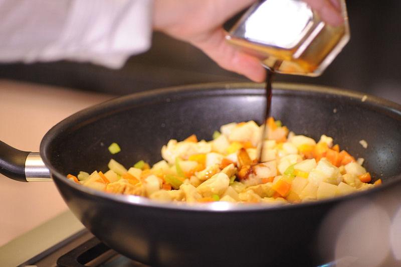 Agregar el jugo de limón, el jugo de naranja, la salsa de soya y el chile de árbol. Cocer fuego medio y dejar reducir los líquidos por unos minutos más. Agregar los cacahuates, mezclar todo bien para que se integren todos los ingredientes.