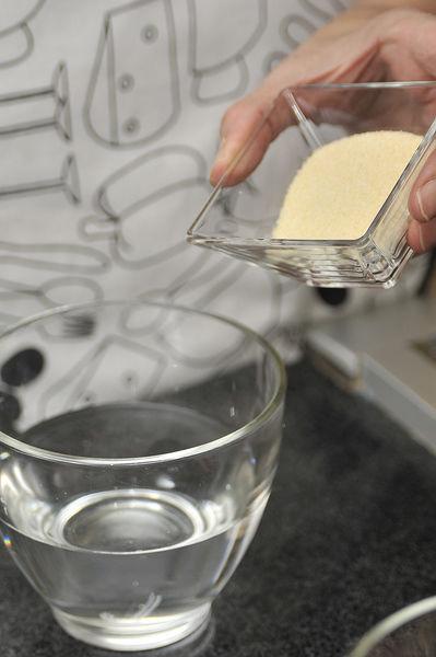 Pelar las zanahorias y rallarlas. Picar las nueces. Escurrir la piña en almíbar y cortar en trozos pequeños. Hidratar la grenetina espolvoreando en forma de lluvia sobre una taza de agua fría. Dejar desposar 5 minutos. Calentar a baño maría y agitar constantemente hasta que se torne transparente. Es importante que la grenetina no hierva Reservar.