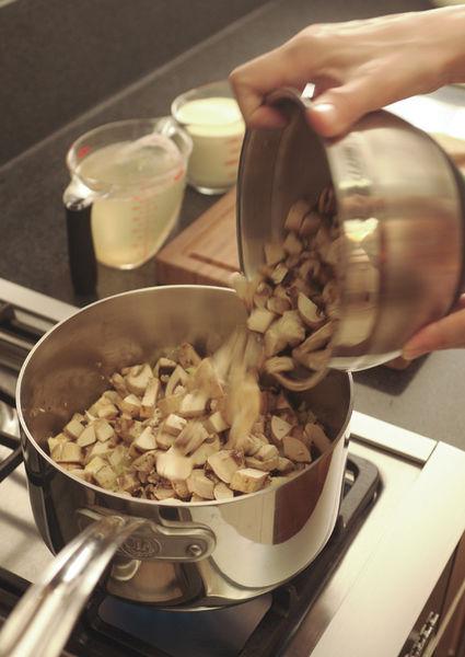 Picar los champiñones, la cebolla, el poro (sólo lo blanco) y el ajo. Acitronar un par de minutos en una sartén con aceite de oliva hasta que todo esté suave.