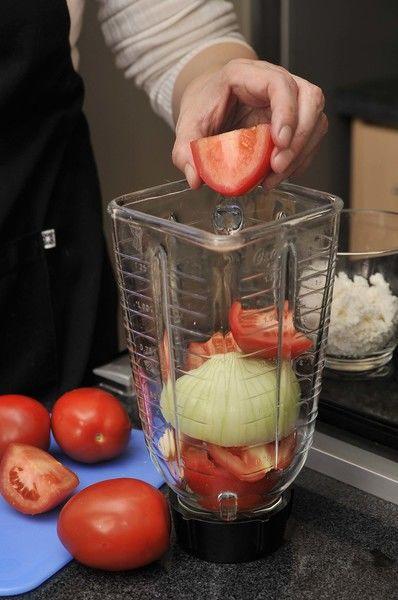 Lavar las espinacas y picarlas. Picar finamente la mitad de la cebolla y todo el chile serrano. Moler los jitomates en la licuadora con un poco de caldo de pollo, el ajo y el resto de la cebolla. Reservar.