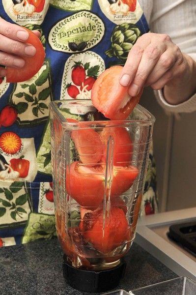 Moler el jitomate en la licuadora con un poco de agua y el diente de ajo. Picar la papa, la cebolla y el chile.