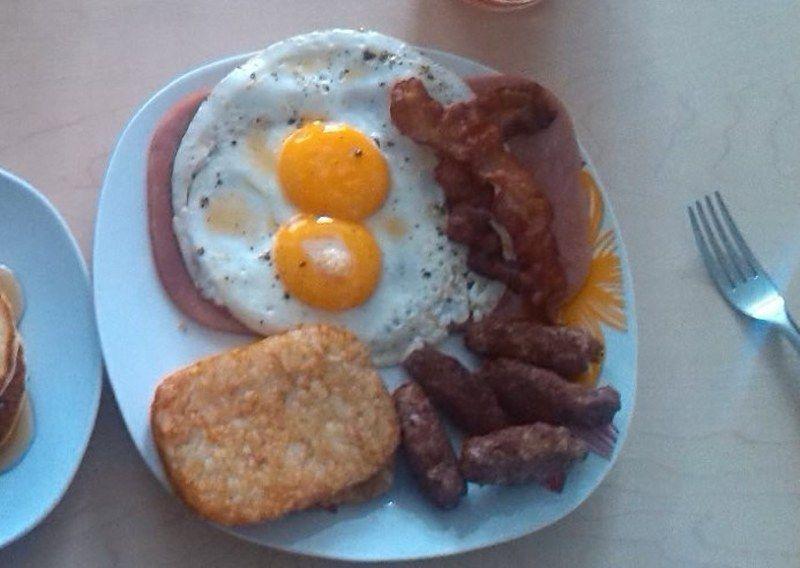 Coloca el jamón en el plato y encima de este jamón los huevos fritos.