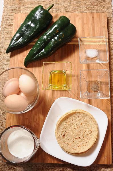 Ingredientes para para la salsa: 1 cucharada de aceite de oliva 1/2 taza de crema de leche de vaca 2 piezas de chile poblano Ingredientes para para los huevos: 4 piezas de tortilla de maíz 1 pizca de pimienta negra molida 1/4 cucharita de sal 4 piezas de huevo