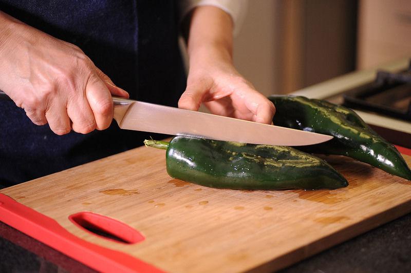 Cortar el chile poblano en trozos.