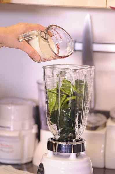 Moler en la licuadora el chile poblano y la crema hasta obtener una mezcla homogénea.