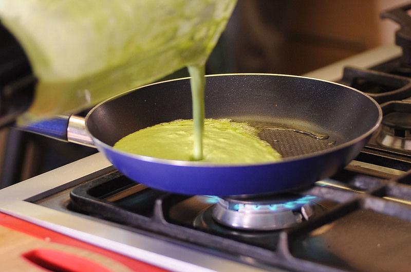 Sofreír la salsa con una cucharada de aceite de oliva durante unos minutos, sazonar con sal y pimienta.