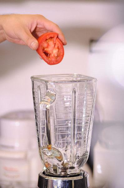 Picar la cebolla, el jitomate y el ajo finamente. Desinfectar la lechuga picada en un tazón con agua y unas gotas de desinfectante. Moler el jitomate en la licuadora.