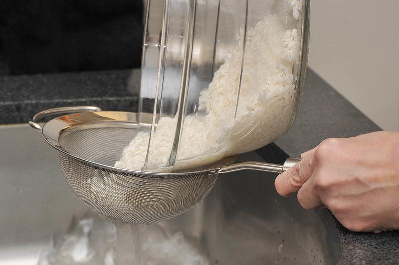 Poner a remojar el arroz en un tazón con agua hasta cubrir por completo durante 10 minutos. Enjuagar bajo el chorro de agua. Colocar el arroz en una cacerola. Agregar 2 tazas de agua y poner a calentar. Cuando suelte el hervor, tapar la olla, bajar la lumbre y cocer durante 15 a 20 minutos más. Apagar el fuego y dejar reposar y enfriar.