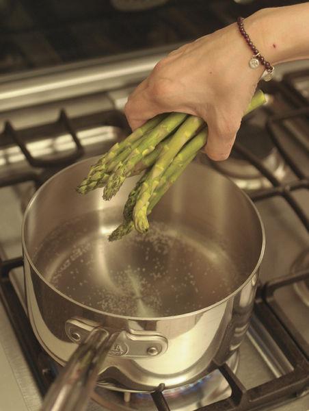 Cortar la parte final de los espárragos y desecharla. Ponerlos a hervir durante 6 a 8 minutos en agua con una pizca de bicarbonato de solido hasta que estén suaves. El bicarbonato ayuda a conservar el color.