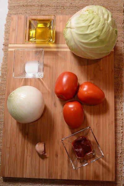 1 pieza de cebolla blanca 1/4 taza de aceite de oliva 1 cucharita de sal 1 diente de ajo 1 pieza de chile chipotle adobado 3 piezas de jitomate guaje 1 pieza de col