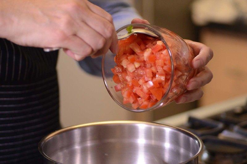 Agregar el atún previamente escurrido con los jitomates picados, cebolla y pimientos morrones, revolver y reservar.
