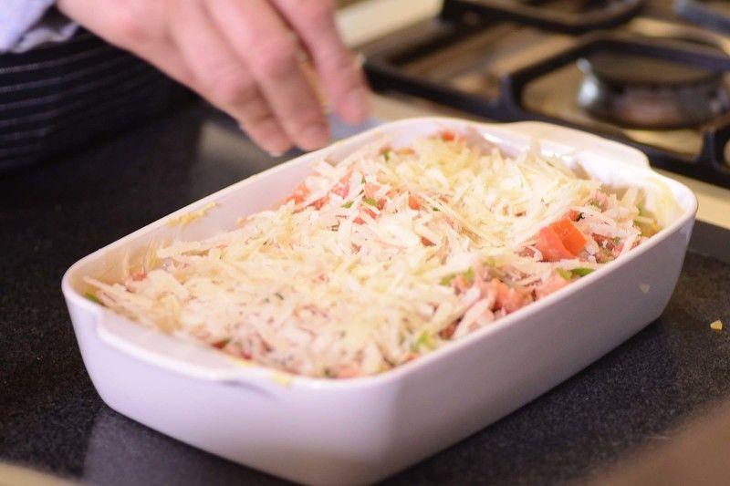 Agregar la segunda capa de lasaña,y mezcla de atún y espolvorear el resto del queso rallado. Hornear a 300 ° F durante 30 minutos.