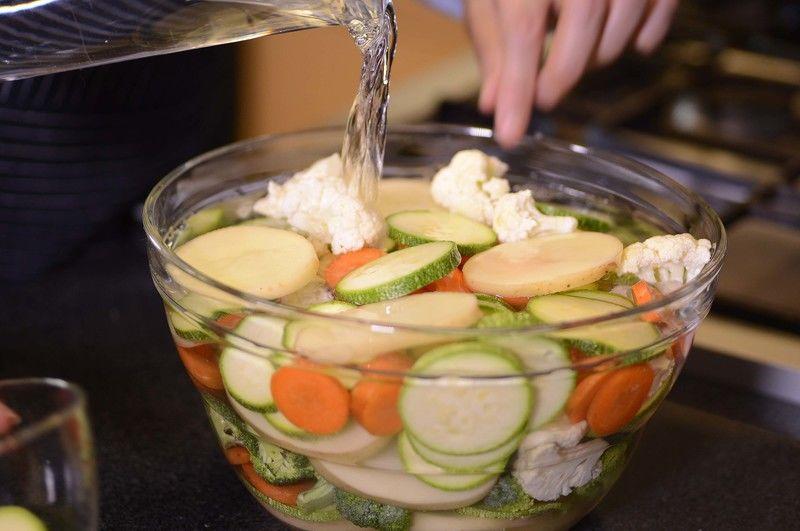 Enjuagar las verduras con suficiente agua. Cortar en rodajas las papas con cáscara , zanahorias, y calabacitas. Cortar en arbolitos el brócoli y coliflor reservar. Colocar en un tazón con suficiente agua las verduras para hidratarlas, durante 10 minutos.