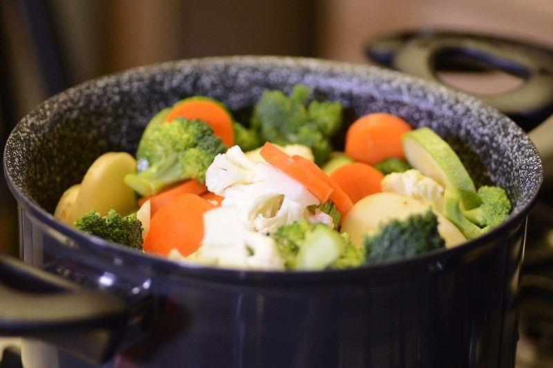 Colocarlas dentro del perol, procurar usar más de la mitad de la capacidad del perol para obtener mejores resultados. Tapar y cocer a fuego lento durante 15 minutos.