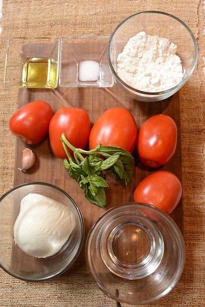 Ingredientes para para la pizza 1/2 taza de agua 1/4 cucharita de sal 1 cucharada de aceite de oliva 1 taza de harina de trigo Ingredientes para para el relleno 2 ramas de albaca Nuevo 200 gramos de queso mozzarella 1 diente de ajo 5 piezas de jitomate guaje