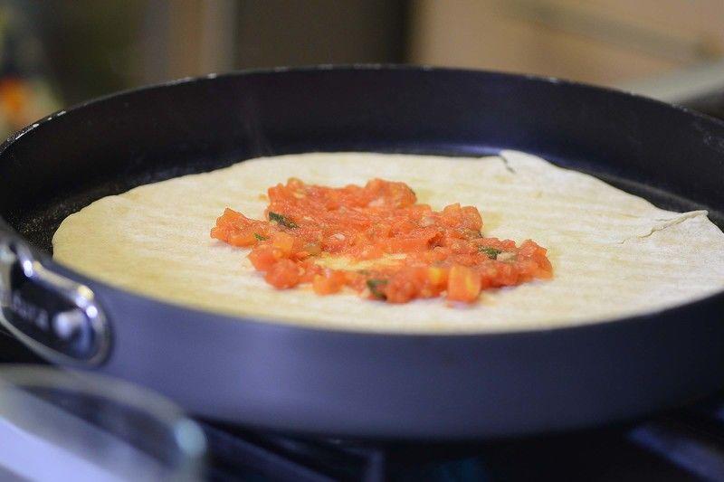 Poner la masa sobre el sartén grill de Perdura. Colocar sobre la estufa y cocer cinco minutos de un lado y voltear con la ayuda de una pala y cocer 5 minutos más. Añadir la salsa sobre toda la pizza.