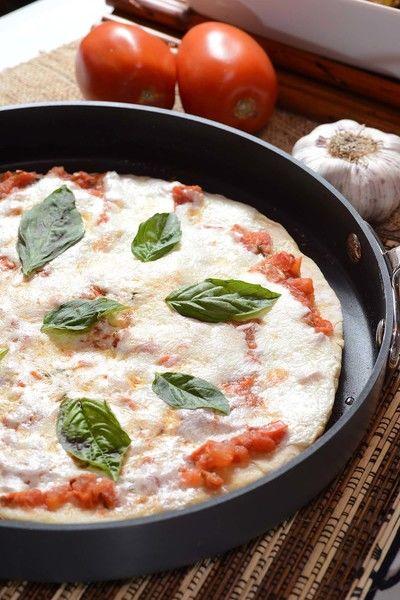 Para servir colocar hojas de albaca fresca sobre la pizza.