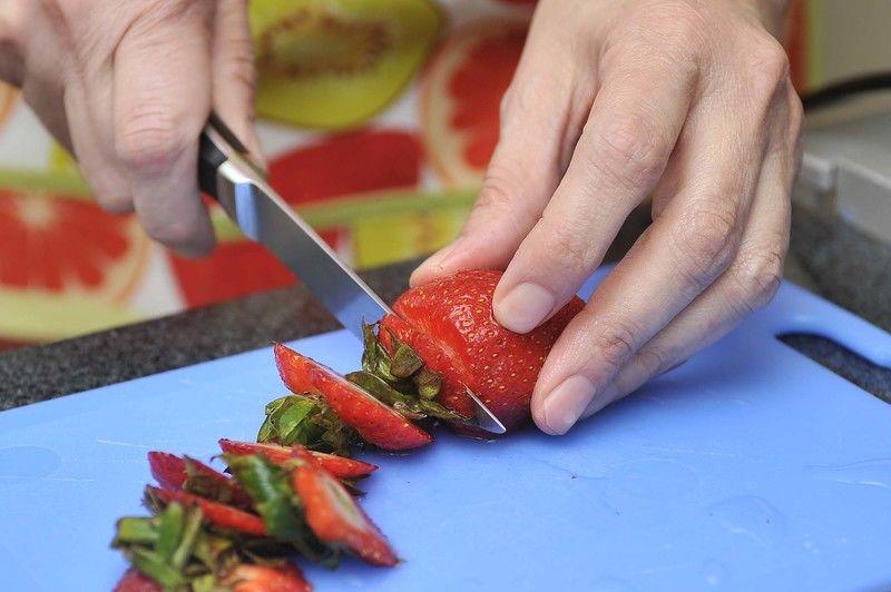 Lavar las fresas y remojarlas durante cinco minutos en agua con desinfectante. Retirar el pedúnculo. Cortarlas a la mitad y colocarlas en un tazón.