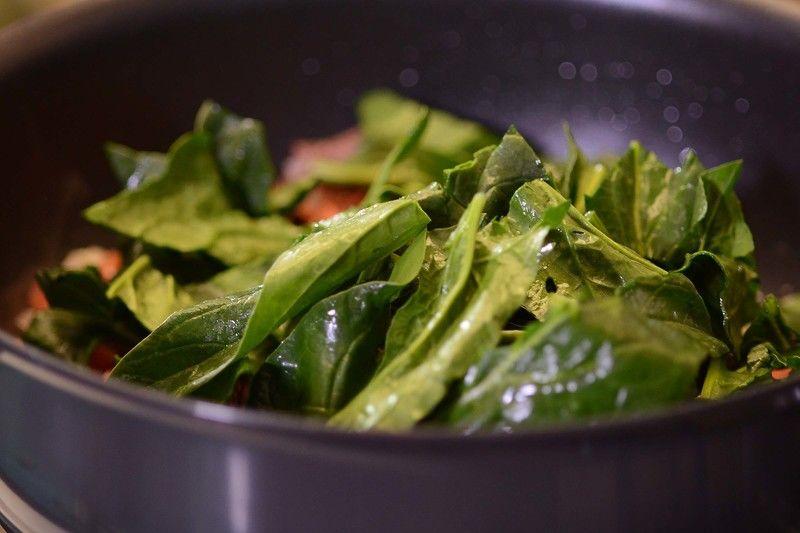 Añadir las espinacas. Continuar cociendo durante 5 minutos más.