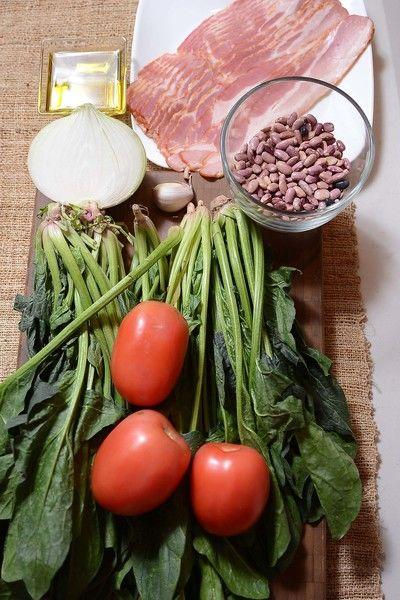 1/4 taza de aceite de oliva 300 gramos de tocino 2 manojos de espinacas 1 diente de ajo 3 piezas de jitomate guaje 1/2 pieza de cebolla blanca 250 gramos de frijol crudo